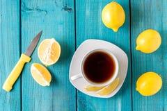 Zitronen-Muffins mit Tasse Tee/Kaffee lizenzfreie stockfotografie