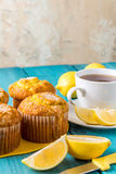 Zitronen-Muffins mit Tasse Tee/Kaffee stockfotos
