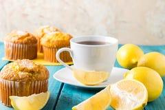 Zitronen-Muffins mit Tasse Tee/Kaffee Lizenzfreies Stockfoto
