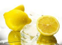 Zitronen und Eis lizenzfreie stockfotos