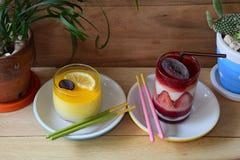 Zitronen-und Erdbeerkuchen lizenzfreie stockfotos