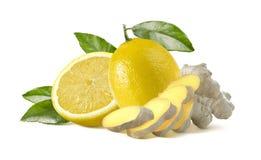 Zitronen- und Ingwerstücke auf weißem Hintergrund Stockfoto