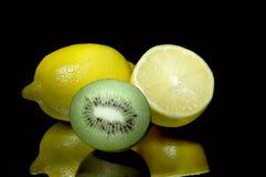 Zitronen und Kiwi. Stockbild