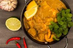 Zitronen-und Koriander-Kräuter Sri Lanka-Art-König-Prawn Curry With lizenzfreie stockfotografie