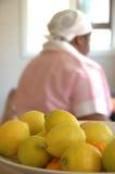 Zitronen und Mädchen Lizenzfreies Stockfoto