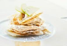 Zitronen- und Vanillecreme backen den Nachtisch zusammen, der mit Apfelscheiben verziert wird Stockbild