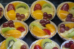 Zitronen-Vanillepudding-Törtchen mit Früchten Stockfoto