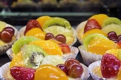 Zitronen-Vanillepudding-Törtchen mit Frucht-Nahaufnahme Stockfoto