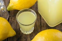 Zitronenalkohol Limoncello stockfoto