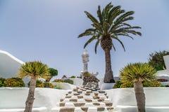 Zitronengelbe Treppe verziert mit Palmen Stockfotos