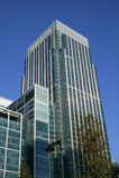 Zitronengelber Kai-Kontrollturm Londons in den Docklands Stockbilder