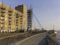 Zitronengelber Kaikomplex Englandlondon der Docklands Stockfotos