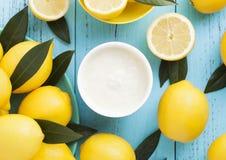 Zitronengeschmack-Frühstücksjoghurt mit rohen Zitronen Stockfotos