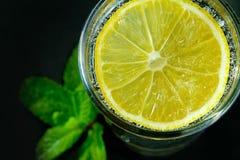 Zitronengetränk auf dem schwarzen Hintergrund Stockbilder