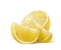 Zitronenhälfte und zwei Scheiben lokalisiert auf weißem Hintergrund lizenzfreie stockfotos
