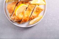 Zitronenhühnerbrust, geschnitten auf Platte Stockfotos