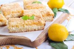 Zitronenkäsekuchenstangen stockbild