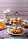 Zitronenkleine kuchen auf einem Stand Stockfoto