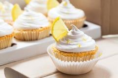 Zitronenkleine kuchen mit weißer Creme und Scheibe der Zitrone Stockbilder