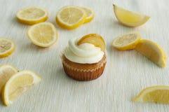 Zitronenkleiner kuchen mit Zitronen Stockfotografie