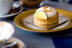 Zitronenkuchen auf einer Weinleseplatte stockbild