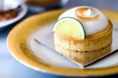 Zitronenkuchen auf einer Weinleseplatte lizenzfreie stockfotografie