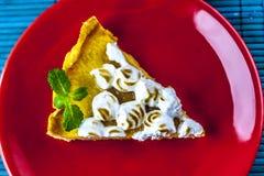 Zitronenkuchen auf roter Platte von oben stockfotografie