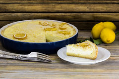 Zitronenkuchen in einer weißen Platte auf schönem hölzernem Hintergrund Stockbilder