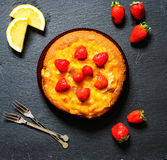 Zitronenkuchen mit Erdbeeren, Zuckerendenschokolade Stockfoto