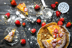 Zitronenkuchen mit Erdbeeren, Zuckerendenschokolade Stockfotos