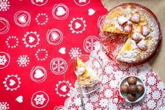 Zitronenkuchen mit Erdbeeren, Zuckerendenschokolade Lizenzfreie Stockfotografie
