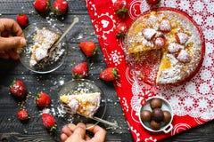 Zitronenkuchen mit Erdbeeren, Zuckerendenschokolade Stockbild