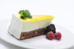 Zitronenkuchen mit Frucht auf weißer Platte, Süßspeise, Konditorei, Beeren, Fotografie für Shop Lizenzfreies Stockbild
