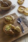Zitronenkuchen und -honig Stockfotos