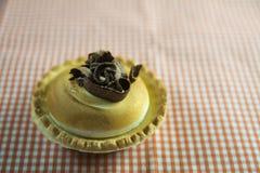 Zitronenkuchen und italienische Meringe, verziert mit Schokoladenlocken Lizenzfreie Stockfotos