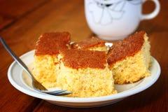 Zitronenkuchen und -Tasse Kaffee auf Holztisch Stockfotos