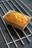 Zitronenlaibkuchen in der Form des braunen Papiers frisch aus dem Ofen heraus Stockfoto