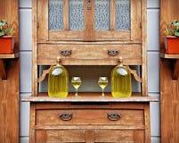 Zitronenlikör in einer Gläsern und Spitze der Flaschen auf dem Tisch des hölzernen Schranks der Weinlese Stockfotos