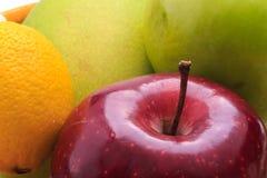 Zitronenmangoapfel im Korb stockbilder