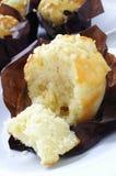 Zitronenmuffins in den Papierfällen Stockfotos