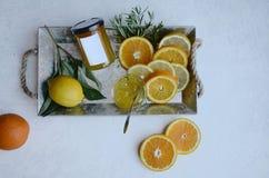 Zitronenorangen und Orangenmarmelade auf einer Platte stockfoto