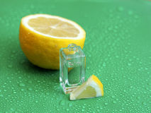 Zitronenparfüm auf grünem Hintergrund Lizenzfreies Stockbild
