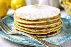 Zitronenpfannkuchen mit Mohn Abbildung der roten Lilie Stockfoto