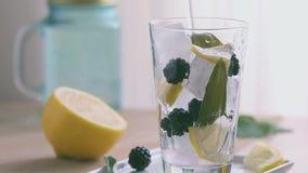 Zitronensalbei und -brombeere gossen Getränk hinein stock footage