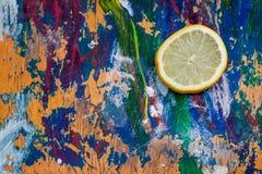 Zitronenscheibe auf buntem Hintergrund Lizenzfreie Stockbilder