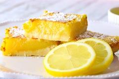 Zitronenscheiben und Zitronenstangen lizenzfreie stockfotos