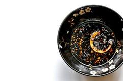 Zitronensojabohnenöldip in einer geblühten schwarzen Schüssel, Draufsicht, weißer Hintergrund stockfoto