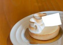 Zitronentörtchen mit Aufkleber des leeren Papiers Lizenzfreies Stockfoto