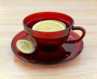 Zitronentee in der Tasse und Untertasse mit Rinde stockbilder