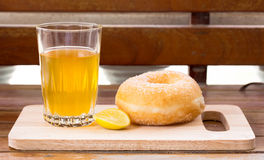 Zitronentee und Bonbondonut Stockbilder